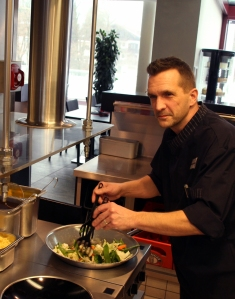 Küchenchef Carsten Girlich am Wok für das Fotoshooting in der Rupertustherme.