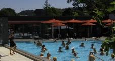 Ein Bad in warmer Alpensole und Fitnessübungen kombinieren