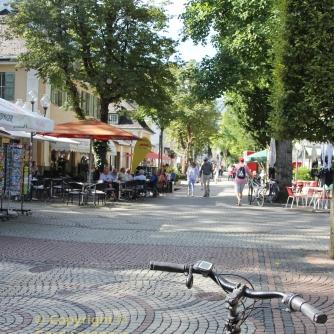 Von der Therme geht es in die Fußgängerzone von Bad Reichenhall ...