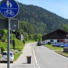 """Am Ortsausgang biegen wir in Richtung """"Aschauer Weiher"""" ab."""
