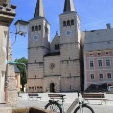 Imposant: der Schlossplatz von Berchtesgaden mit frischem Quellbrunnen