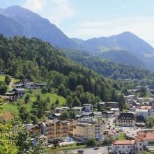 Vorne der Bahnhof Berchtesgaden, im Hintergrund der Jenner